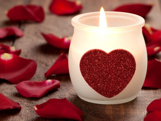 How to decorate the house with rose petals