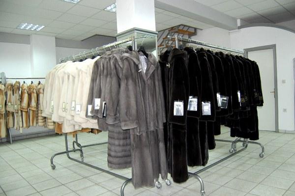 Ассортимент шуб в греческом магазине