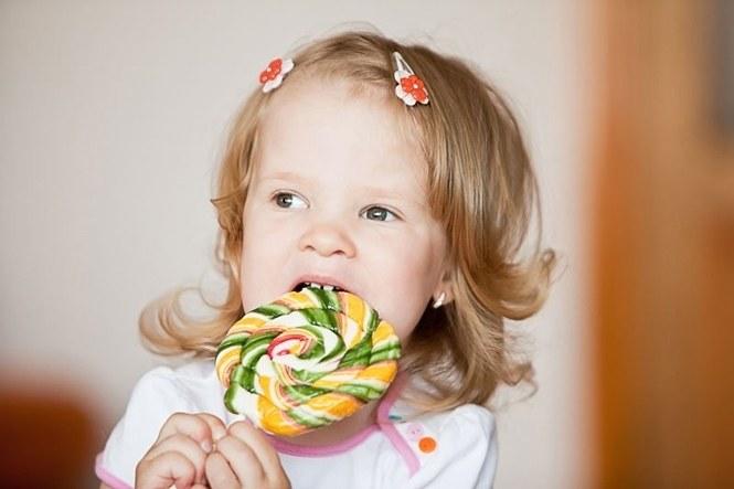 Когда можно давать ребенку сладости?