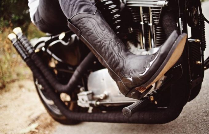 С чем носить мужские высокие сапоги