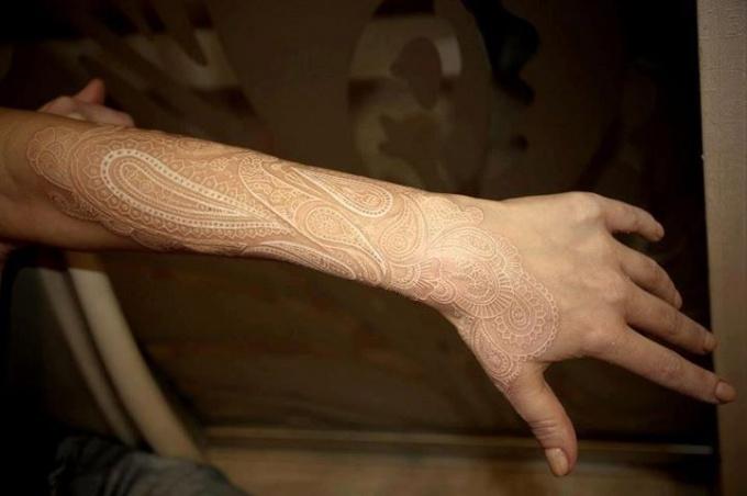 Как делаются белые татуировки