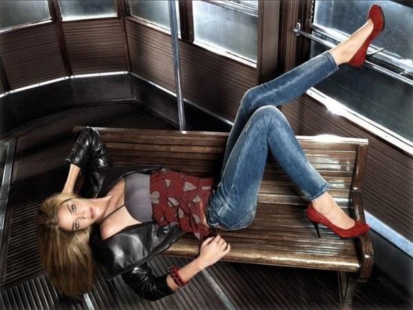 Молодежная мода: с чем носить зауженные джинсы?