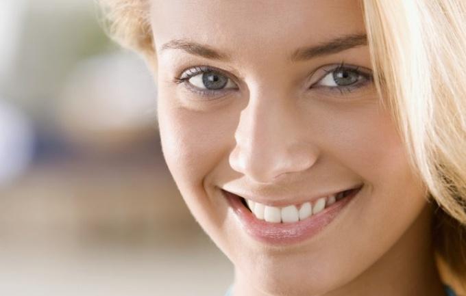 Как отбелить зубы домашними средствами