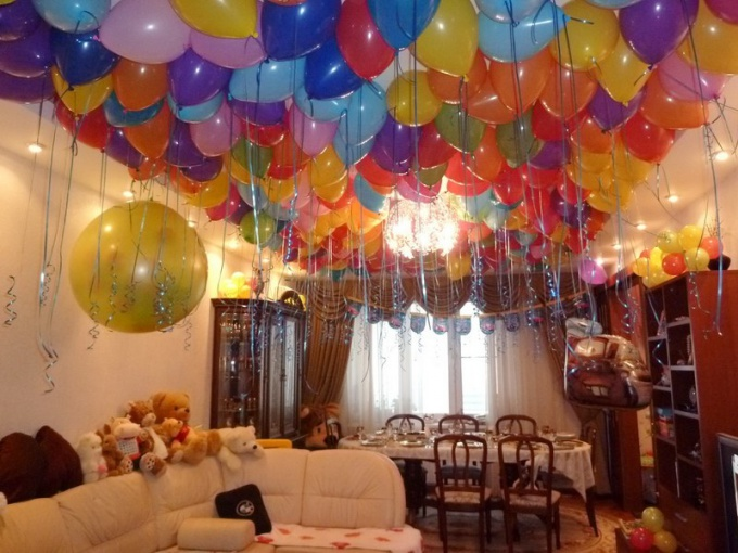 Как украсить квартиру к празднику гелиевыми шарами