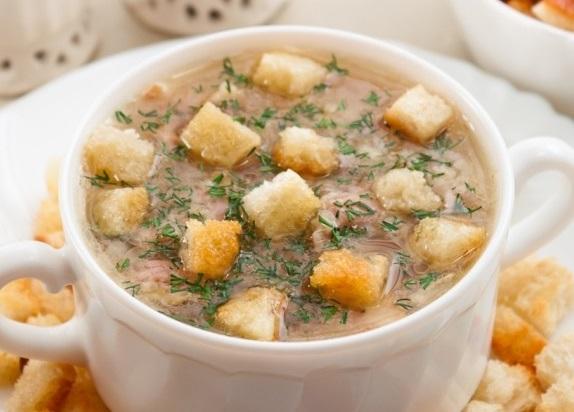 Суп с чечевицей, беконом и сухариками