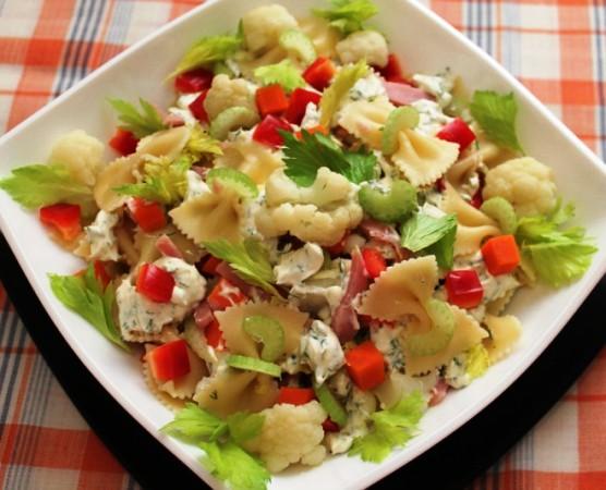 Салат из макарон и ветчины и сыра и