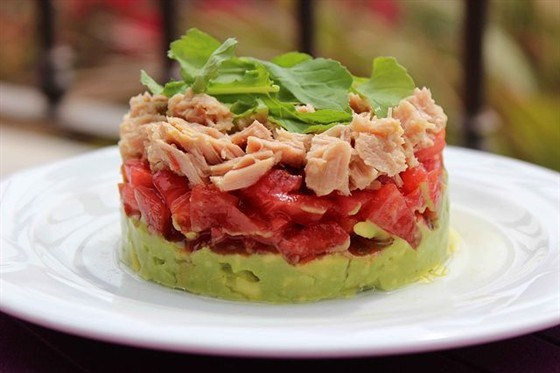 Тимбал из авокадо и тунца