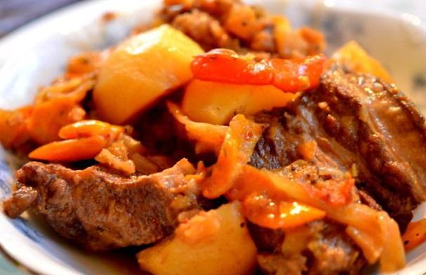 Тушеная говядина с ананасами