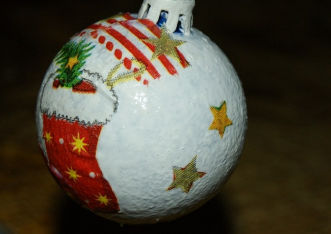Christmas ball in decoupage technique with the use of dining room napkins and acrylic primer