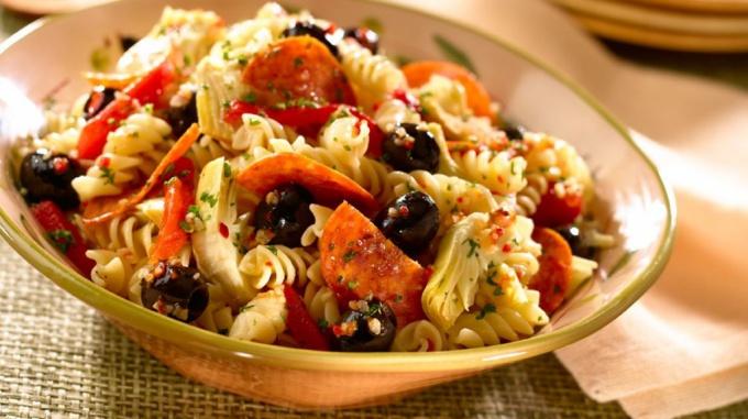 Яркий и вкусный салат с макаронами