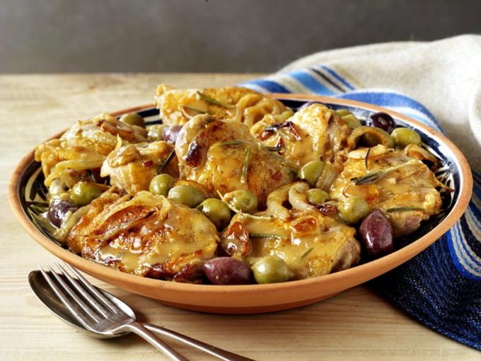 Фрикасе из куриных грудок с беконом и оливками