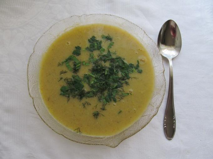 Суп из голубя с желтком и гренками