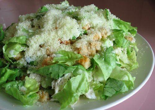 Вкусный и сытный салат с курицей, сыром и сухариками