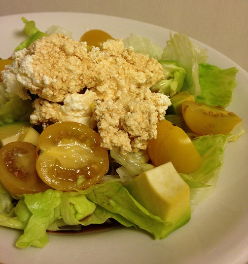 Салат из авокадо, черри и зерненого творога