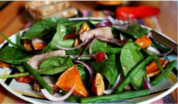 Салат из свеклы, шпината и спаржи