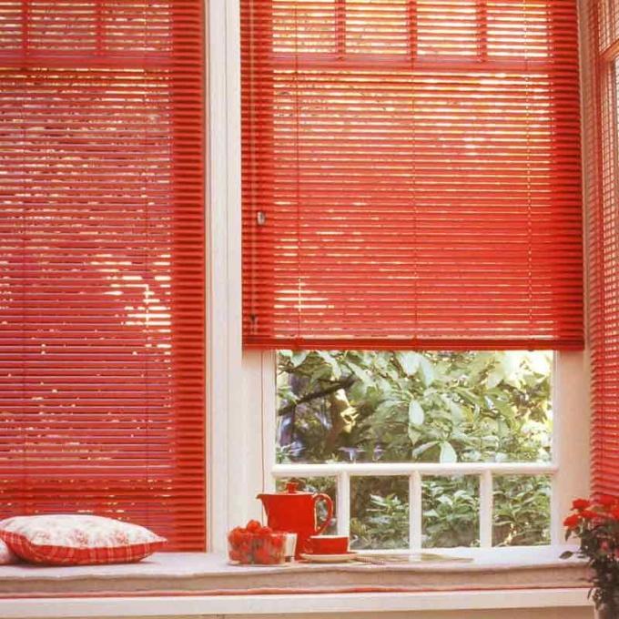 Если научиться укорачивать жалюзи, можно оформить любое окно