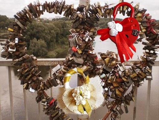Зачем вешают замок во время свадьбы