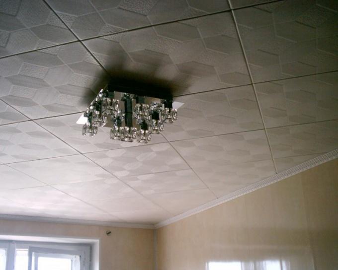 Демонтаж потолочной плитки начинают с угла помещения