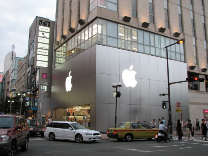 Логотип на фирменном магазине Apple