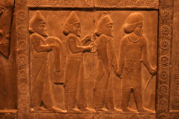 На егпиетских барельефах фигуры изображаются в профиль