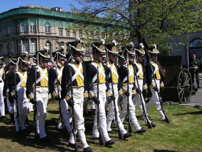 Военные, маршируя, тянут носок