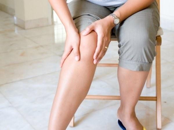 Основные симптомы разрыва мениска — резкая боль, выраженный отек, нарушения движений в суставе.