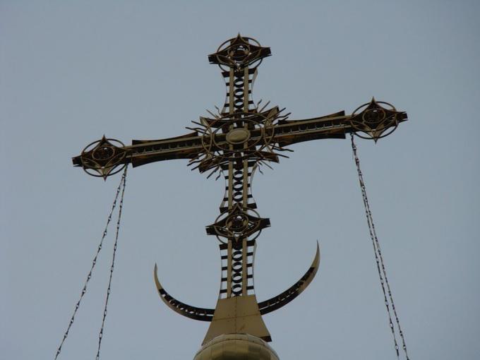 Крест и полумесяц на куполе храма