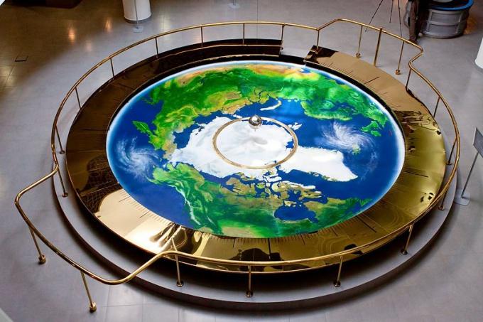 Чем знаменит маятник Фуко