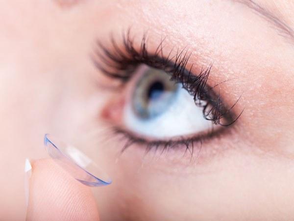 Ношение контактных линз может спровоцировать покраснение глаз.