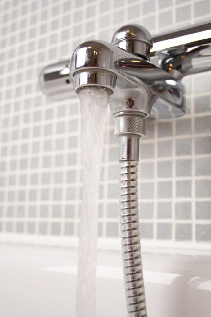 Установку смесителя в ванной можно произвести своими руками