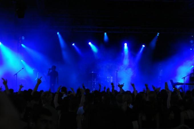 Как завести толпу на концерте