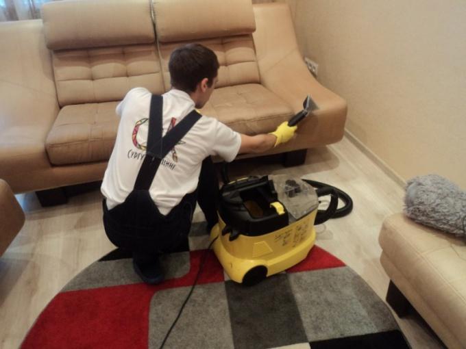 Как очистить диван от пыли