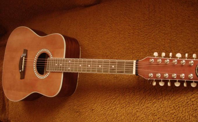 Дополнительные струны, кроме первой, строятся в октаву с основными