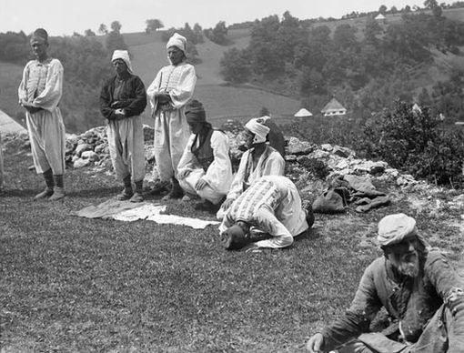 Боснийцы совершают намаз в открытом поле, фото Р.Брюнер-Дворак, 1906 г