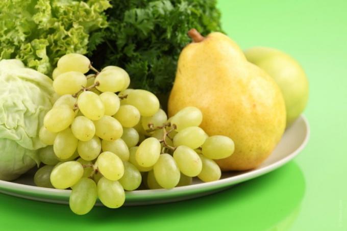 Овощи, фрукты и ягоды должны составлять большую часть рациона питания человека