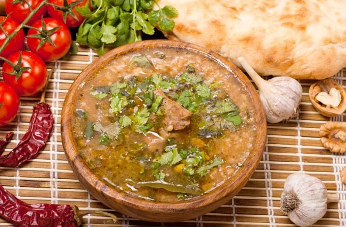 В классическом рецепте харчо присутствуют грецкие орехи, которые придают супу особый вкус