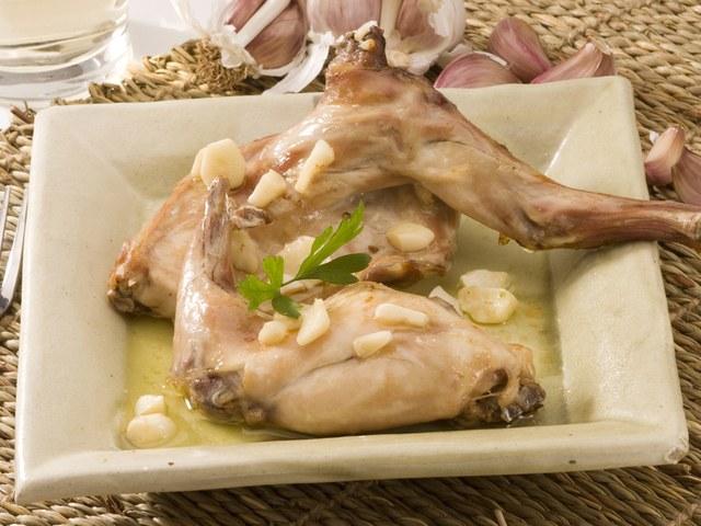 Ножки кролика под соусом - пикантное блюдо для праздничного стола