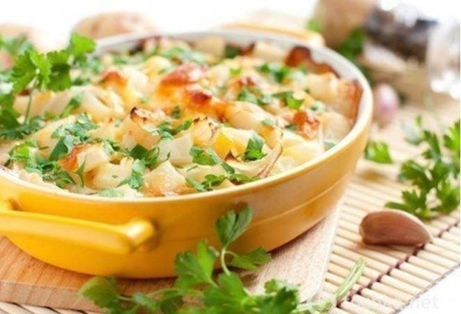Запеканка с куриными шариками на подушке из риса и овощей