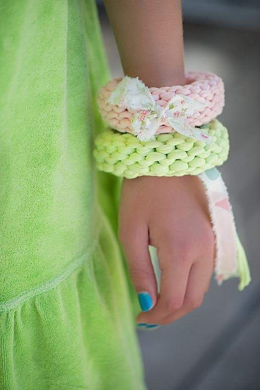 How to make a bracelet of knitted yarn