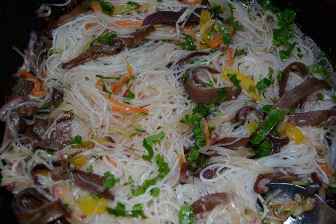 Фунчоза с овощами и грибами муэр