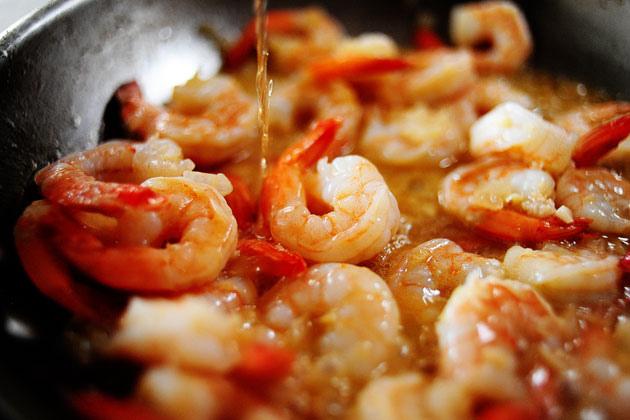 Как правильно пожарить креветки в чесночном соусе