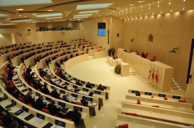 Парламент является законодательным представительным органов власти