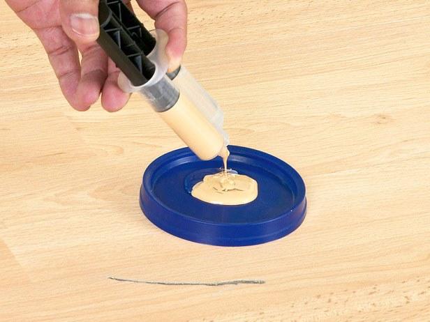 Царапину на ламинате можно убрать с помощью специального ремонтного состава