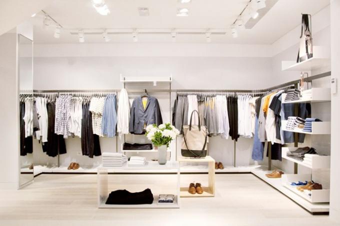 Марка COS представляет базовый гардероб для всей семьи.