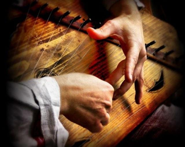 К каким музыкальным инструментам относятся гусли