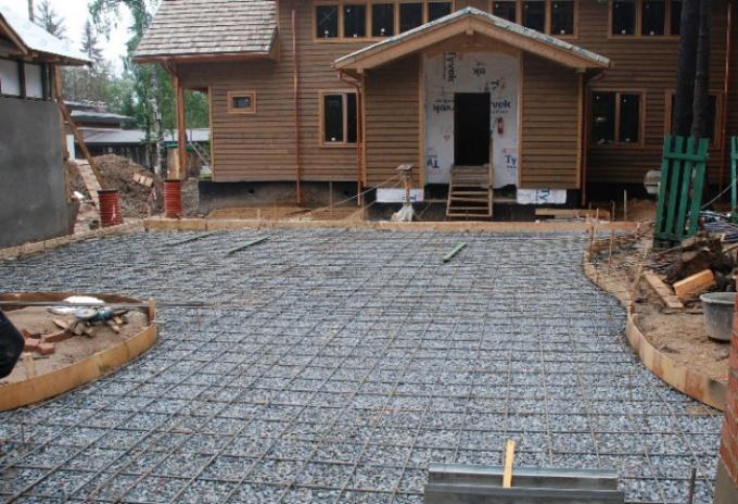 Заливка двора цементом