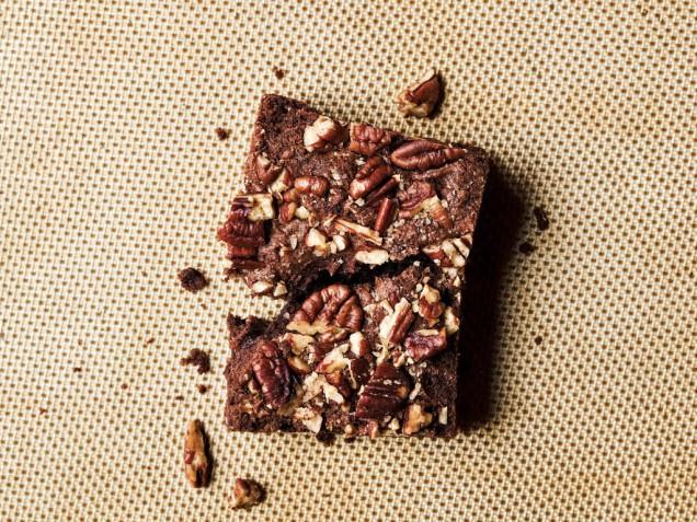 Как приготовить шоколадное пирожное с орехами пекан