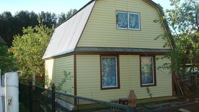 Дачный домик, обшитый виниловым сайдингом