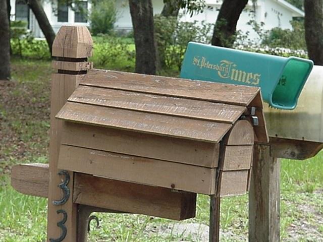 Деревянный почтовый ящик