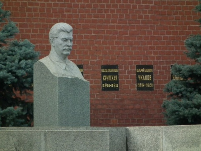 Могила с бюстом Сталина расположена в центре Москвы. Но лежит ли в ней Сталин — вопрос